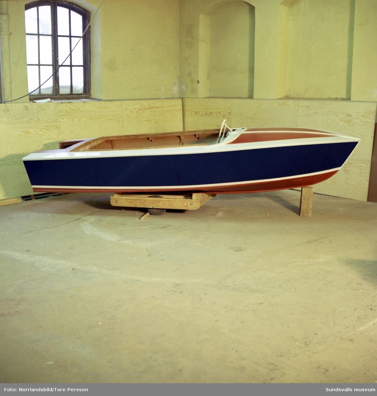 En liten träbåt, Sporty, slutmålas på Söråkers Båtmanufaktur.