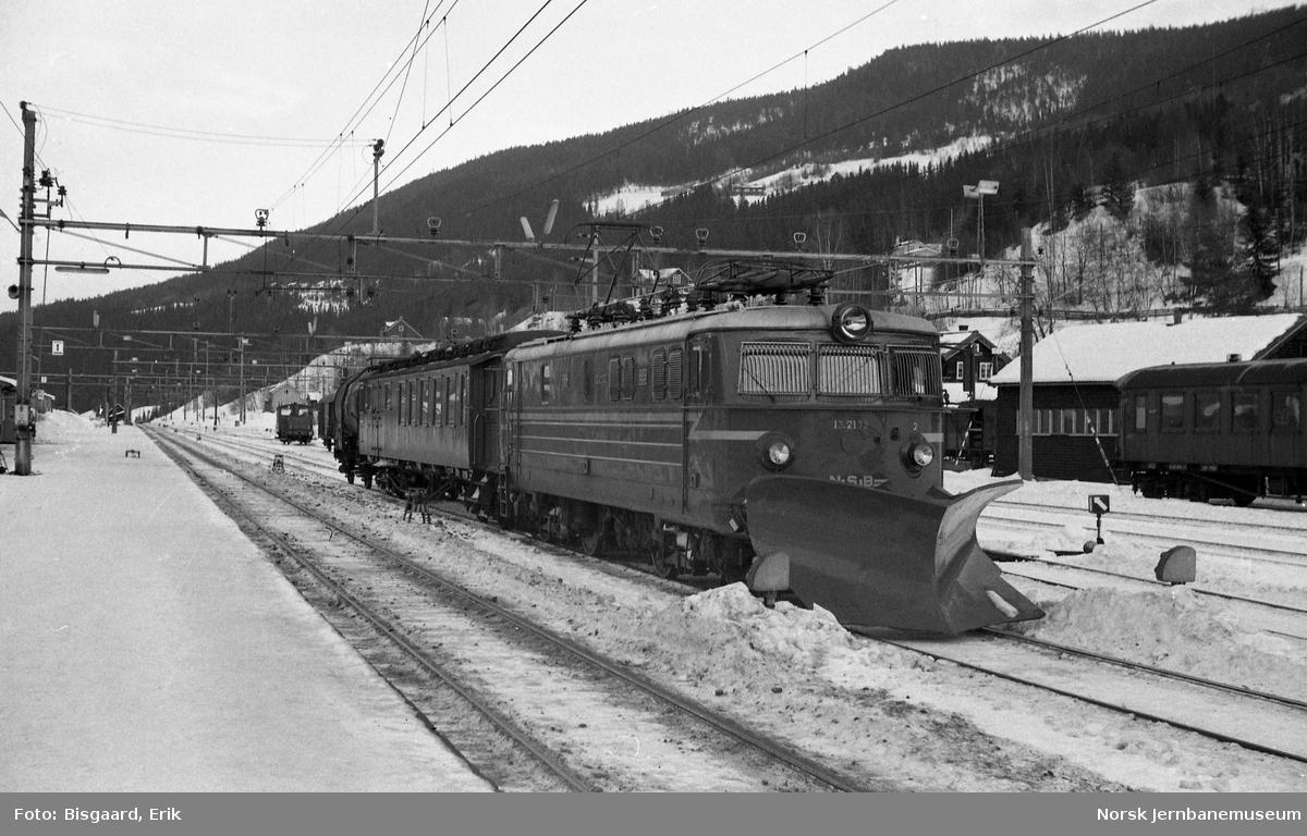Elektrisk lokomotiv El 13 2133 foran lokalgodstoget på Ål stasjon