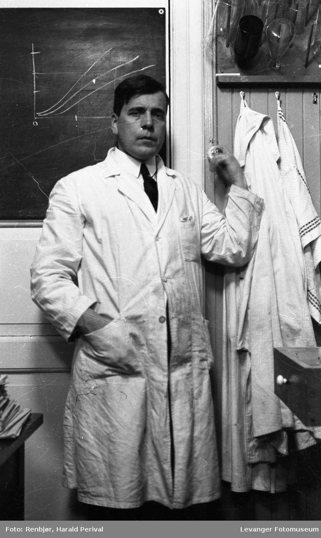 Selvportrett i kjemilaboratoriet.