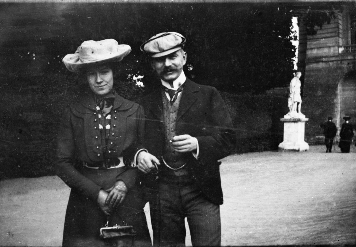 Fotosamling etter Cappelen. Mann og kvinne fotografert.