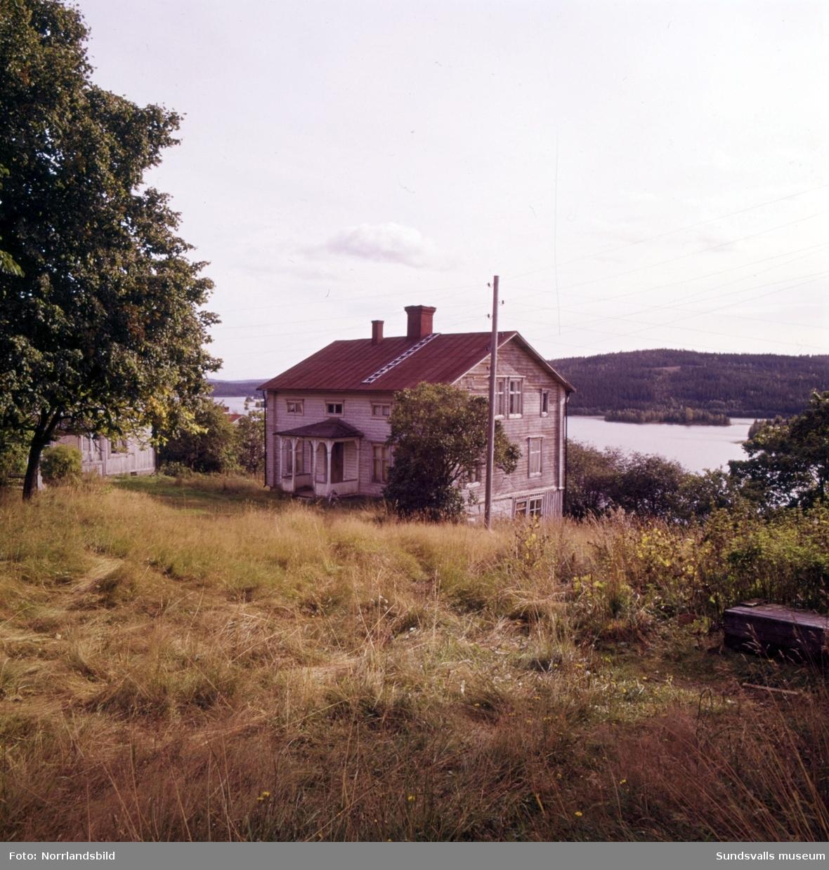 Gamla torp och ödegårdar fotograferade till ett reportage i veckotidningen Husmodern. Okända adresser och datum, men troligen från Medelpad och Ångermanland.