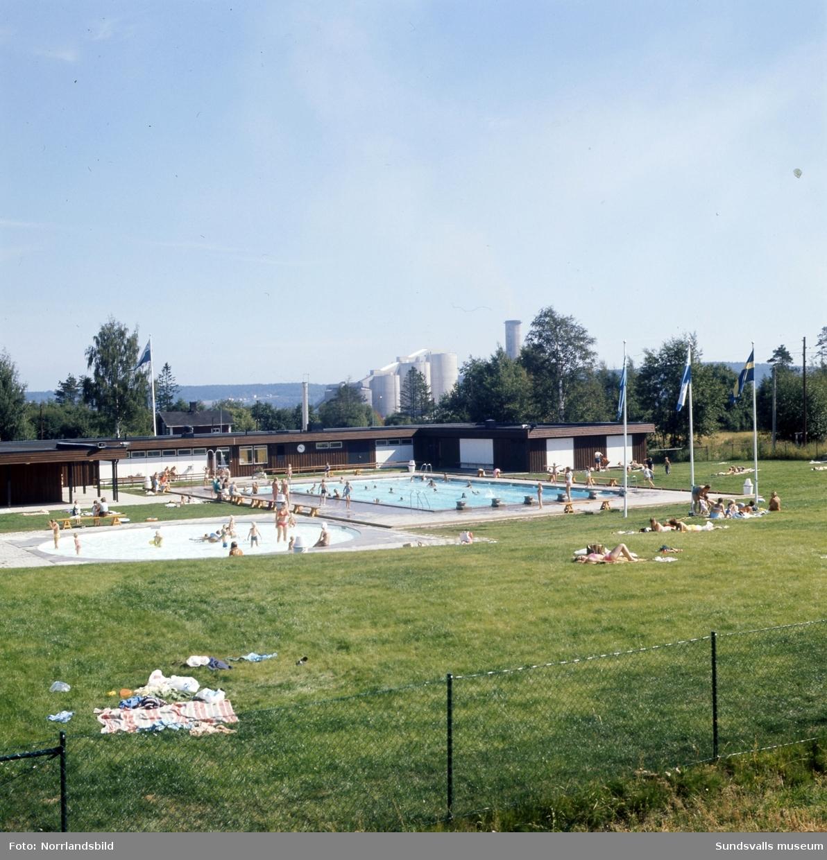 Bad och lek i Kubenbadets bassänger en augustidag 1971.