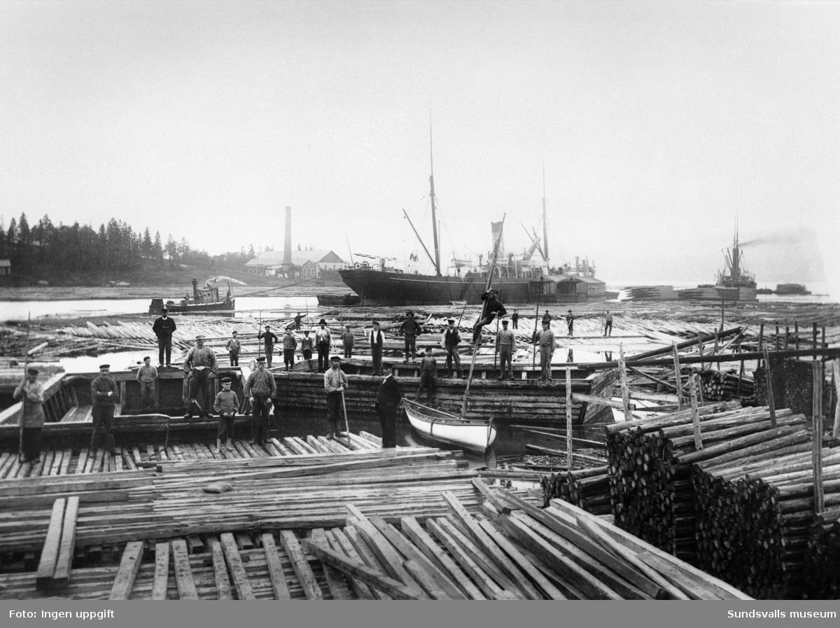 Bjälkgropen på Killingholmen. Virket bilades för hand till fyrkantsstockar, vilket sedan användes till olika slags byggnadsarbeten. Ägare till bjälkgropen var Carl Abraham Axell.