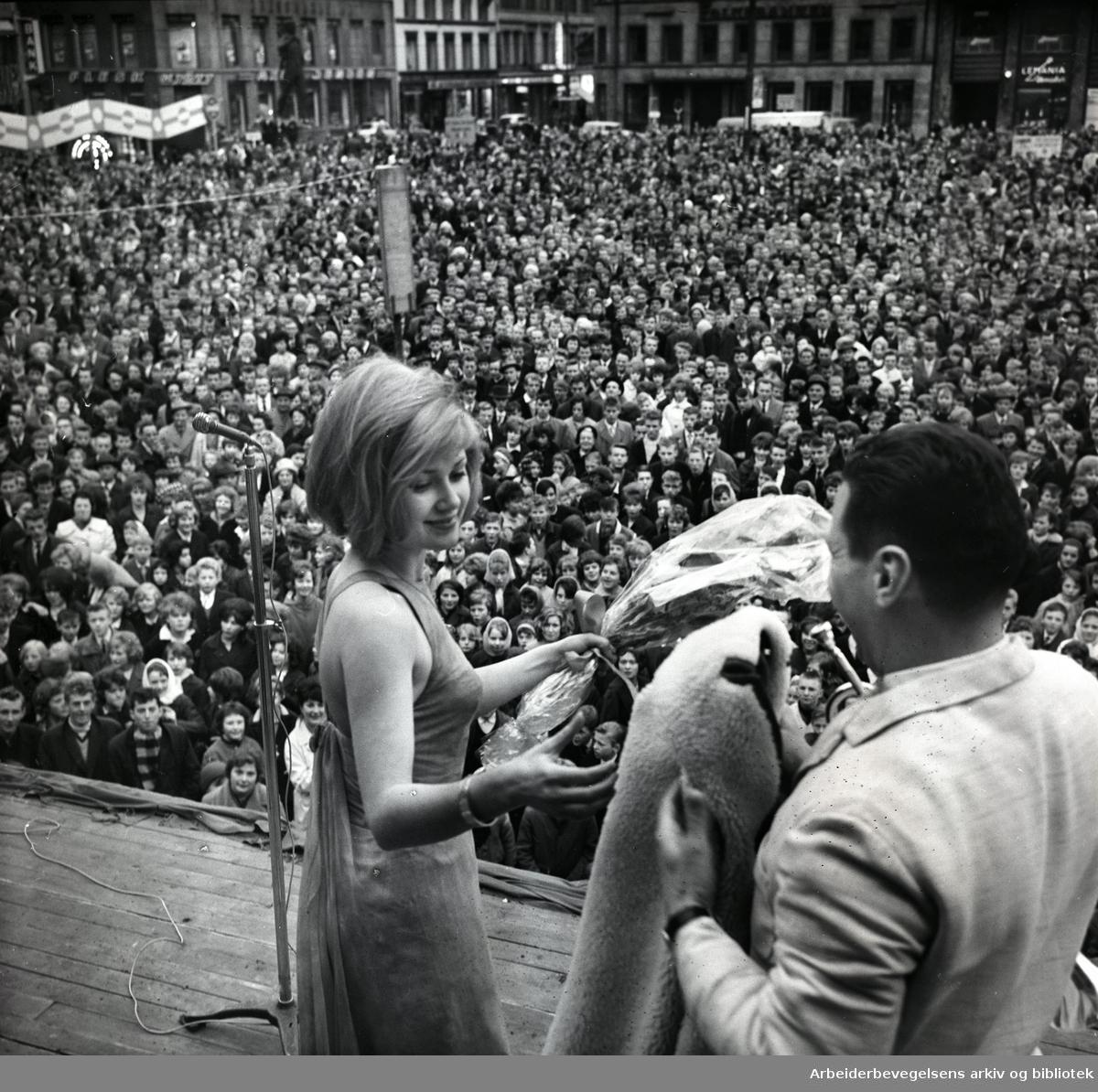 1. mai 1963, Gitte Hænning underholder på folkefesten på Youngstorget.