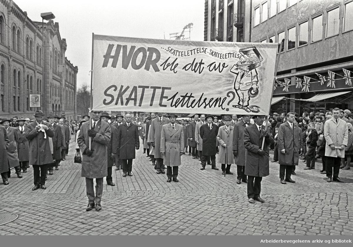 1. mai 1966 i Oslo.Demonstrasjonstoget i Karl Johans gate.Parole: Hvor ble det av skattelettelsene?