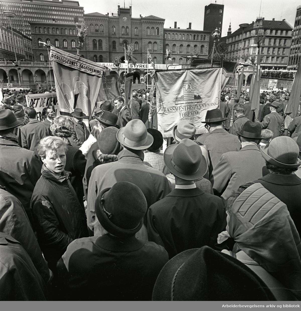 1. mai 1967, Youngstorget. Fane: Glassmestersvennenes Forening. Fane: Rørleggernes Fagforening.