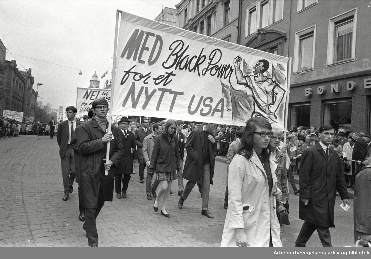 1. mai 1968 i Oslo.Demonstrasjonstoget i Karl Johans gate.Parole: Med Black Power for et nytt USA.