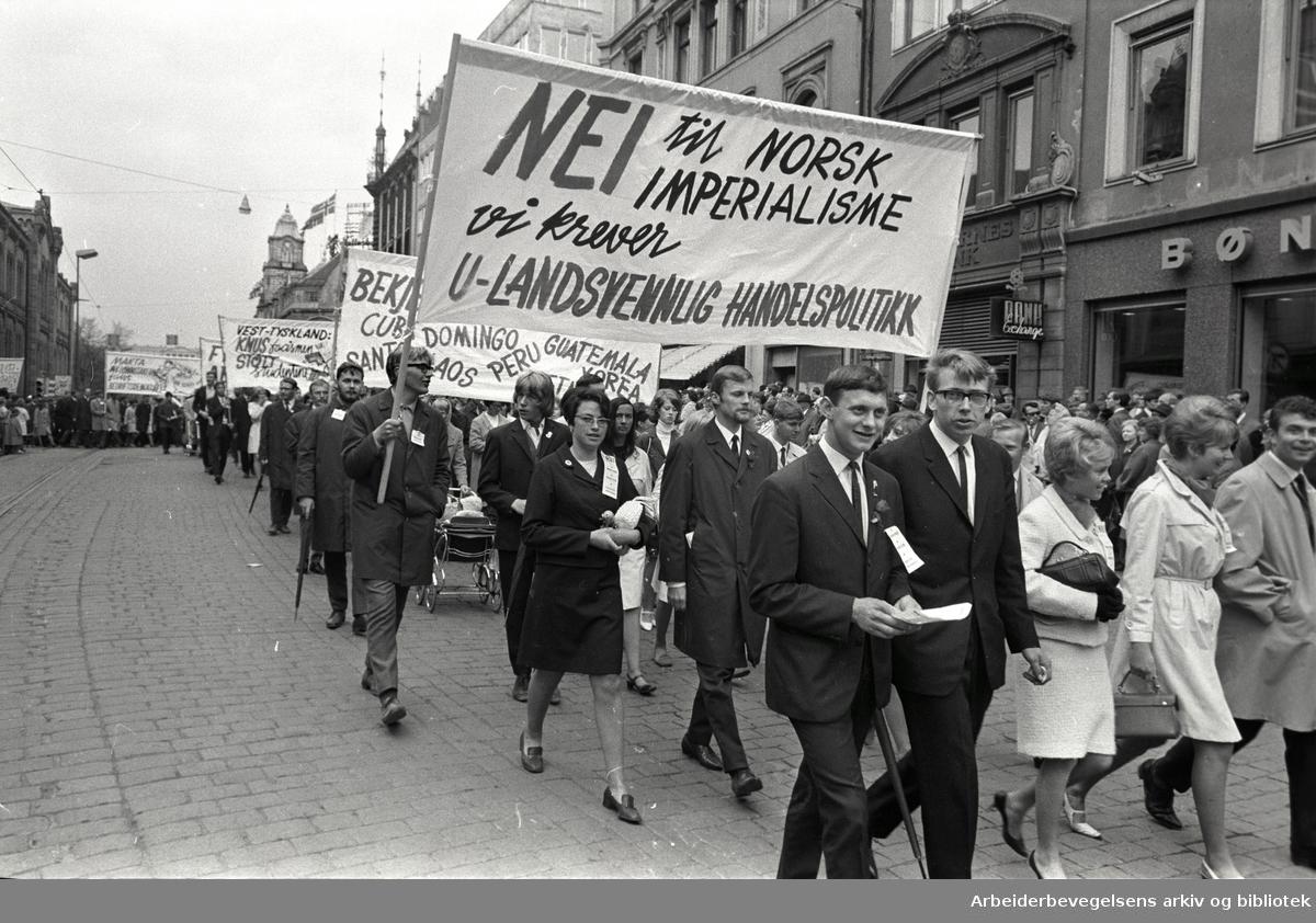 1. mai 1968 i Oslo.Demonstrasjonstoget i Karl Johans gate.Parole: Nei til norsk imperialisme.Vi krever u-landsvennlig handelspolitikk.