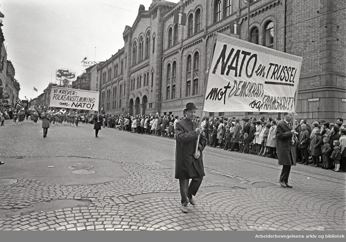 1. mai 1968 i Oslo.Demonstrasjonstoget i Karl Johans gate.Parole: NATO en trussel mot demokrati og framskritt!