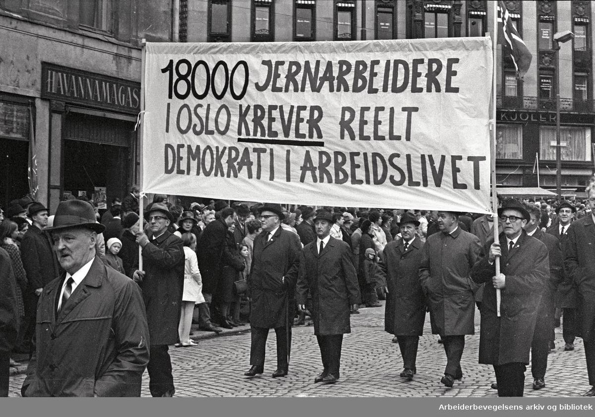 1. mai 1969 i Oslo.Demonstrasjonstoget i Karl Johans gate.Parole: 18000 jernarbeidere i Oslo krever reelt demokrati i arbeidslivet