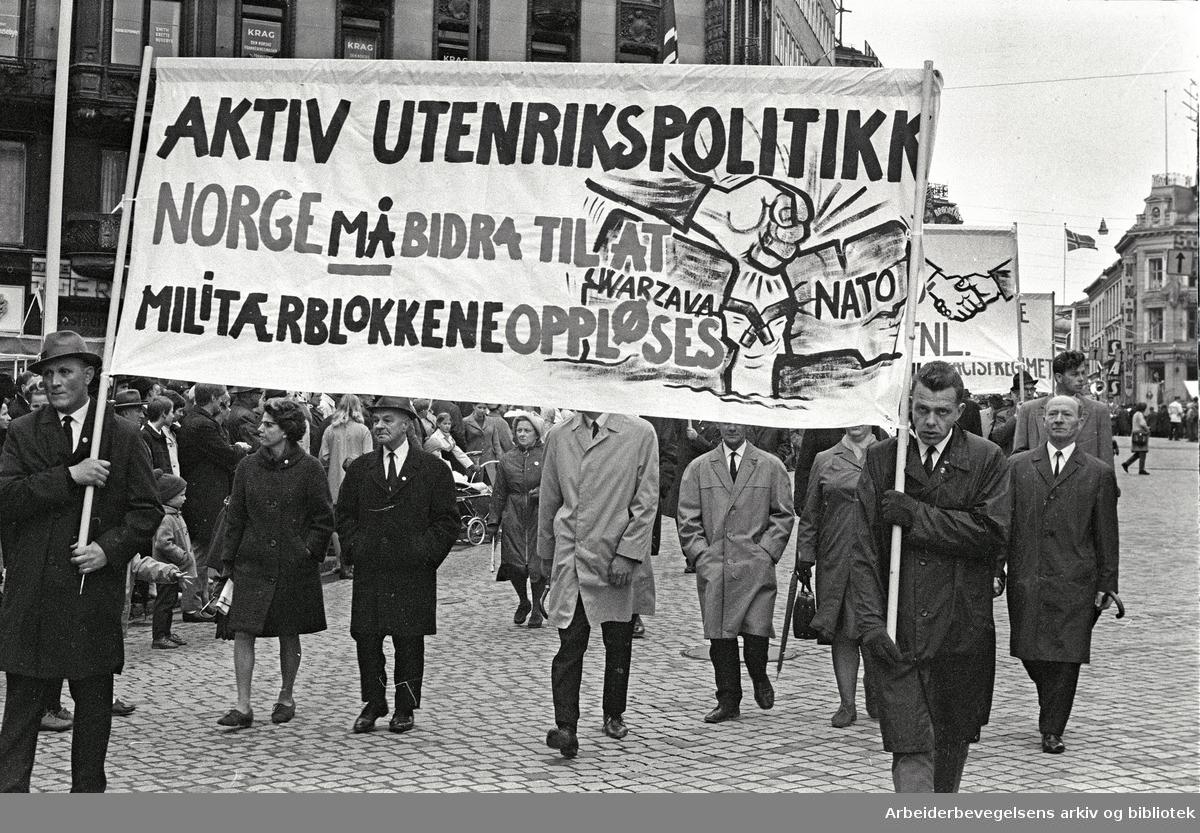 1. mai 1969 i Oslo.Demonstrasjonstoget i Karl Johans gate.Parole: Aktiv utenrikspolitikk.Norge må bidra til at militærblokkene oppløses.