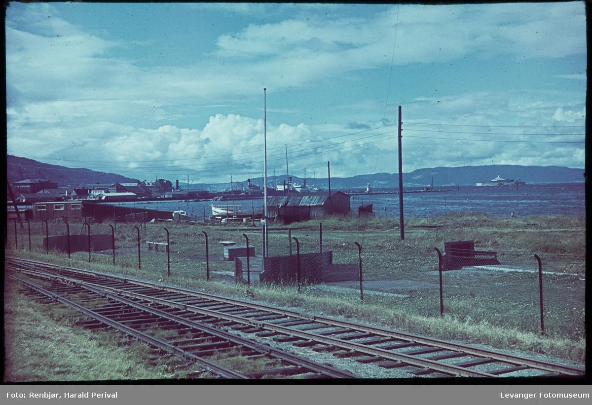Jernbanelinja utenfor Trondheim mot Piren og Munkholmen,