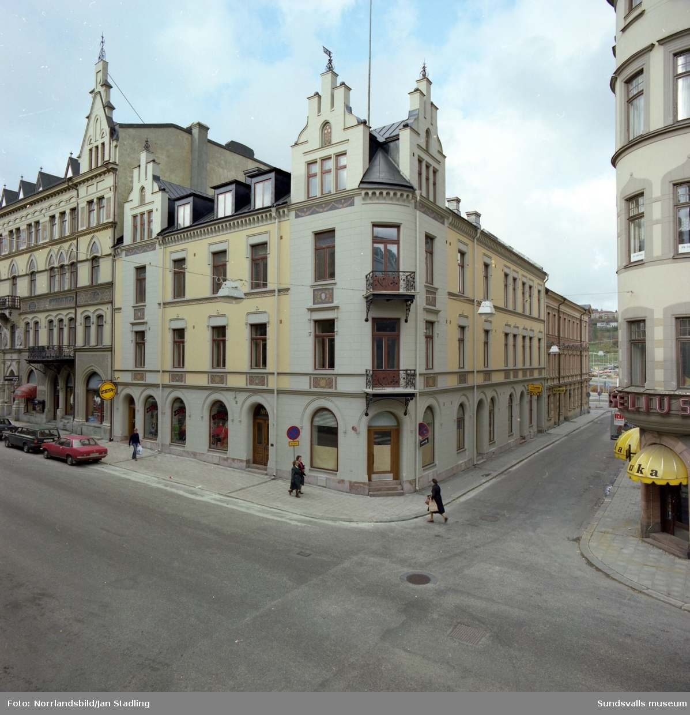 Exteriörbild av huset i hörnet Storgatan-Tullgatan. Hundspecialisten, Zeta. Till vänster skymtar Boutique Eva och till höger Heselius-Duka.