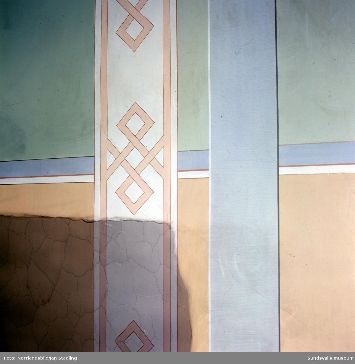 Interiörbilder från olika hus i Sundsvalls stenstad. Trapphus, takmålningar, dörrar, kakelugnar med mera.