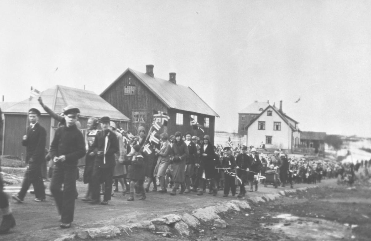 17.mai-tog i Bjørnevatn, 1930-årene. Bolighus i bakgrunnen.
