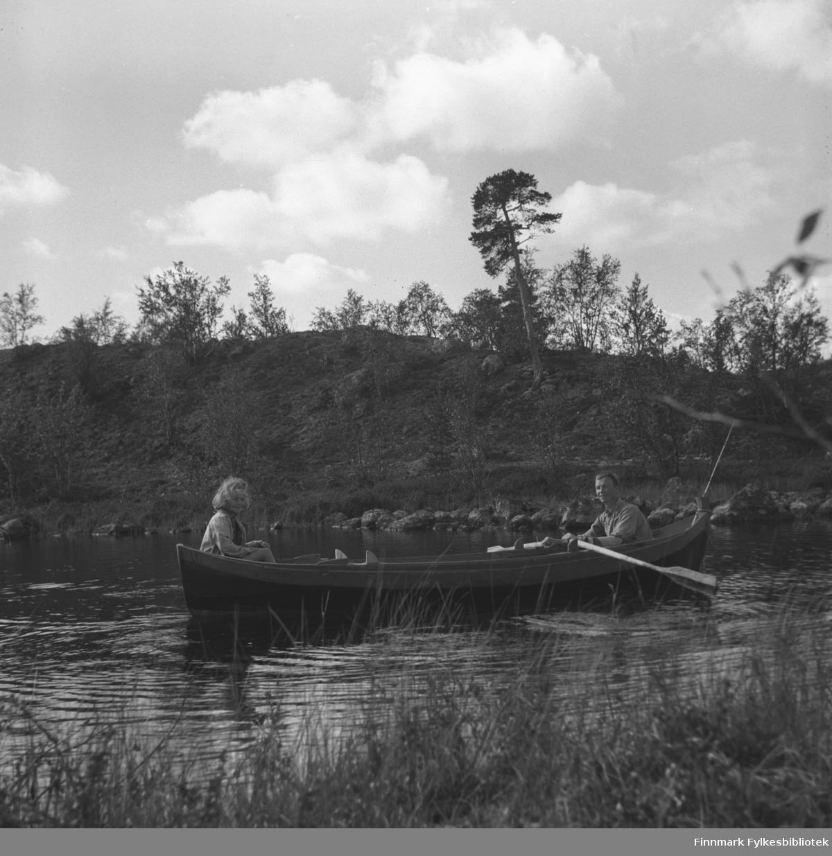 Turid Lillian og Eino Drannem i robåten i Jääjärvi (på finsk side), i nærheten av Luolajärvi. Eino har fiskestanga med seg