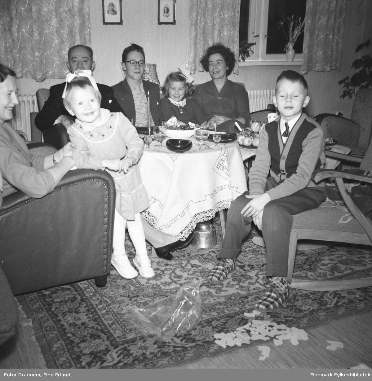 Familien Drannem på besøk hos familien Sørensen. Fra venstre Reidun, Grete, Olav, eldste sønn Arvid Sørensen, Turid Lillian, Jenny og Gunnar