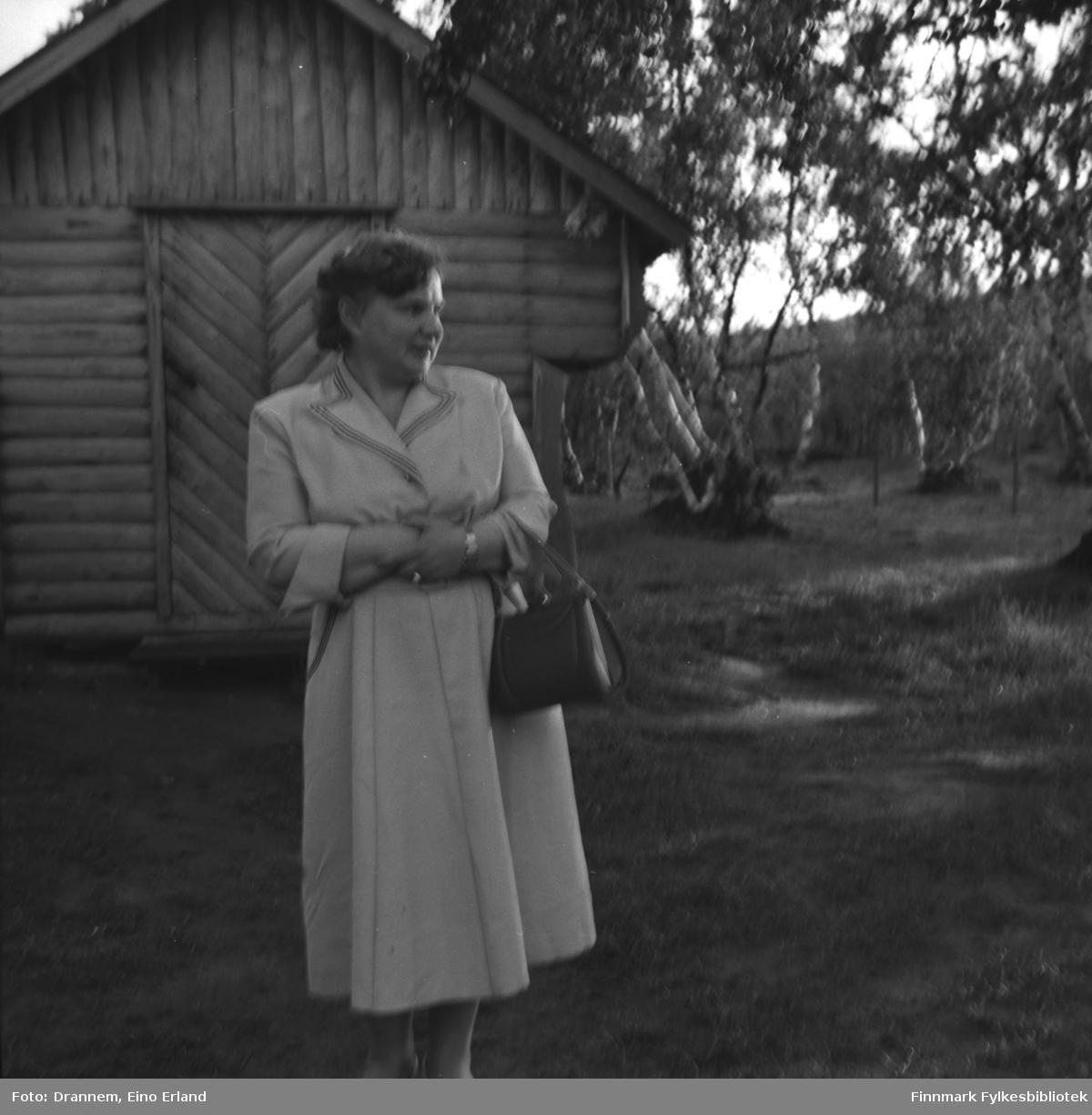 Reidun Vorren (født Haaheim) fotografert foran stabburet/bua til Helge og Alette Karikoski i Neiden.