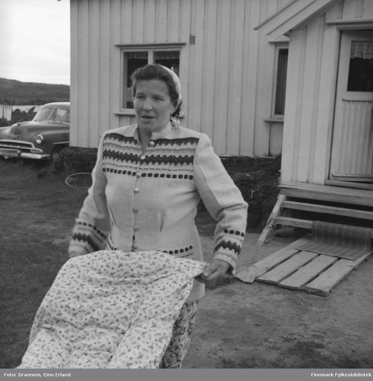 Lyyli Arvola (født Karikoski) fotografert foran huset i Neiden