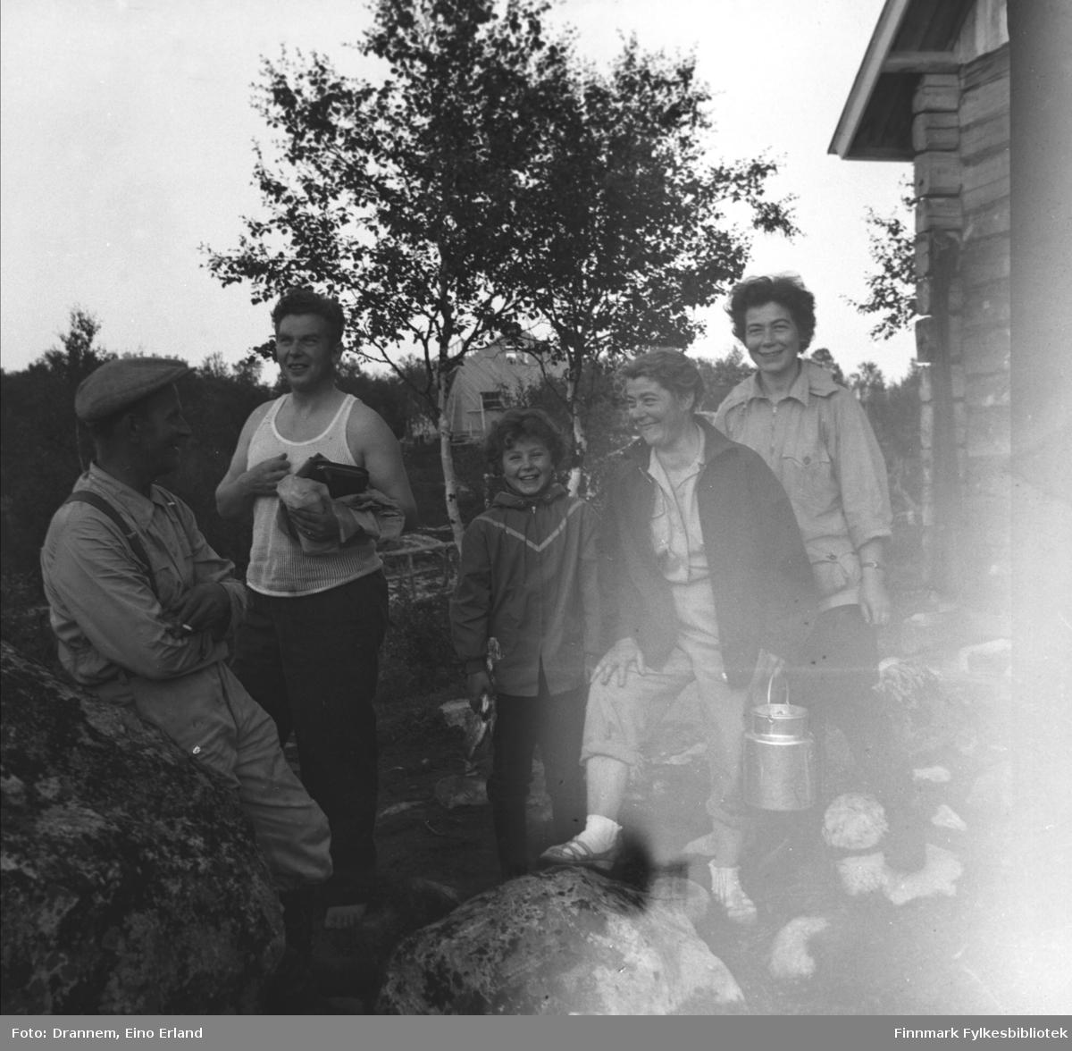Uuno Lappalainen, Kasper Gabrielsen (broren til Sonja og Jenny), Turid Lillian, Sonja Lappalainen og Jenny Drannem ved hytta i Luolajärvi