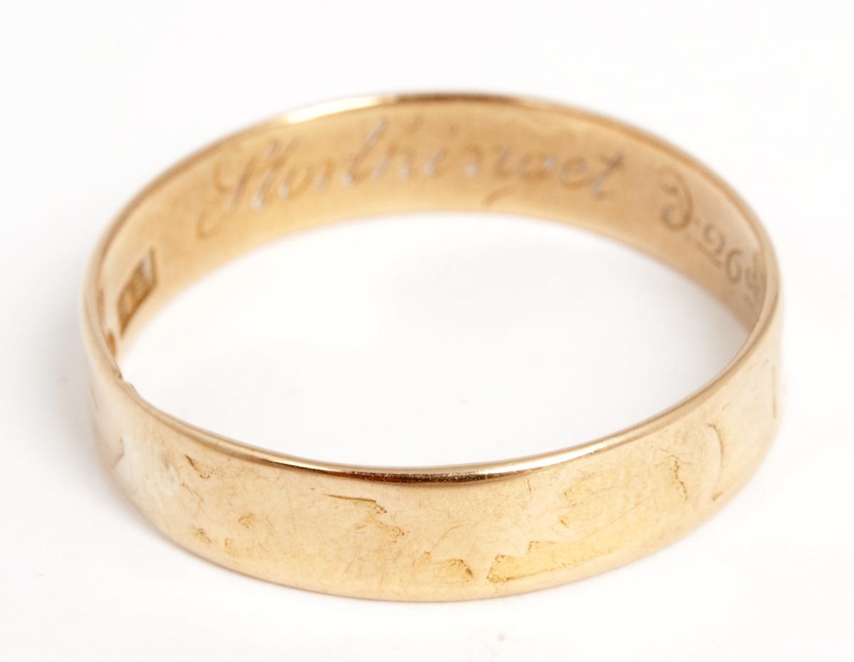 """Avslitte, utvendige ornamenter og utydelige bokstaver, muligens """"F (D.G eller G.D.?) K"""", innvendig innskr: """"Storthinget d. 26de Feb 1816. Stpl """"18 K"""""""