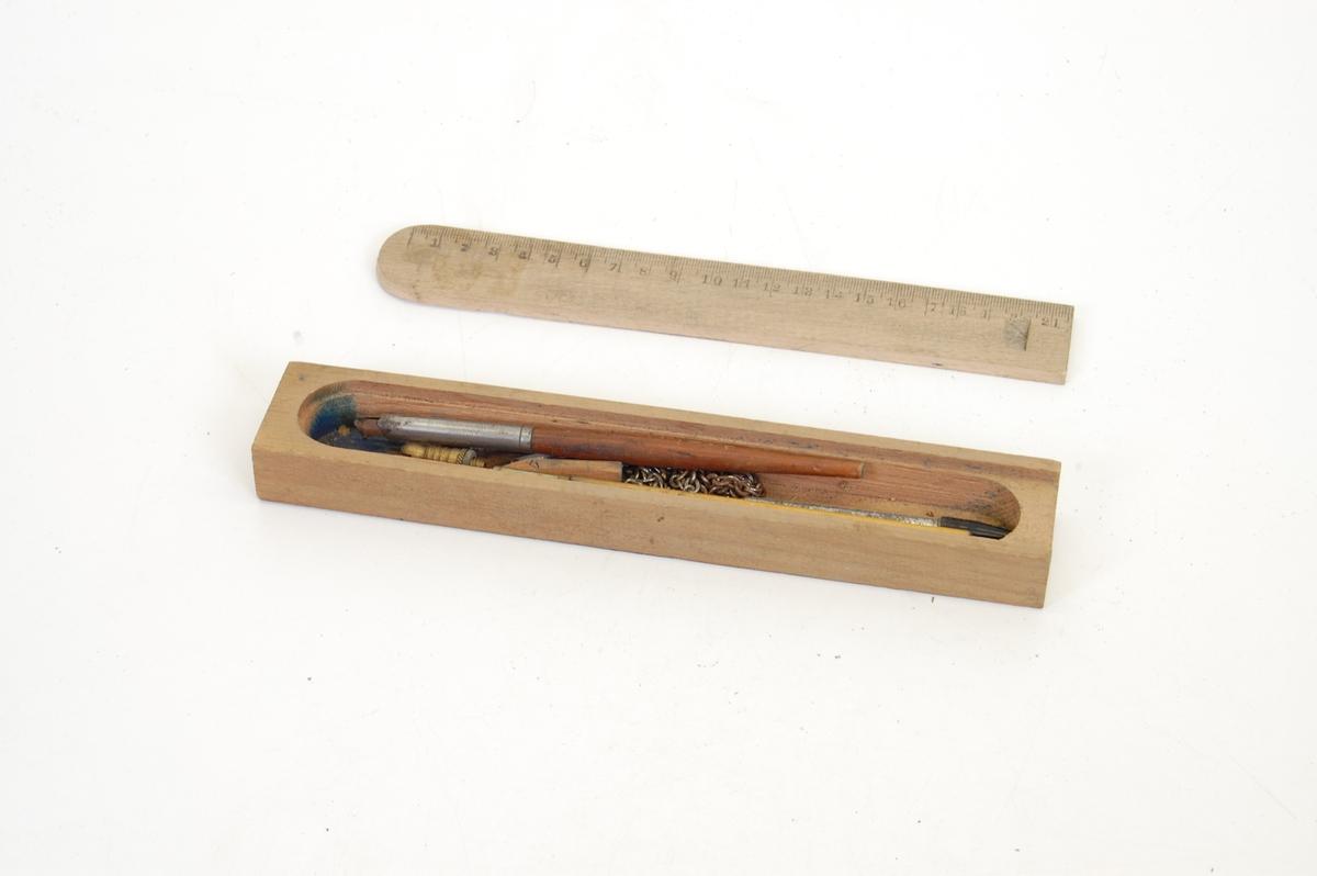 Form: rektangulær eske, lokk er rektangulært med bue i ene enden.