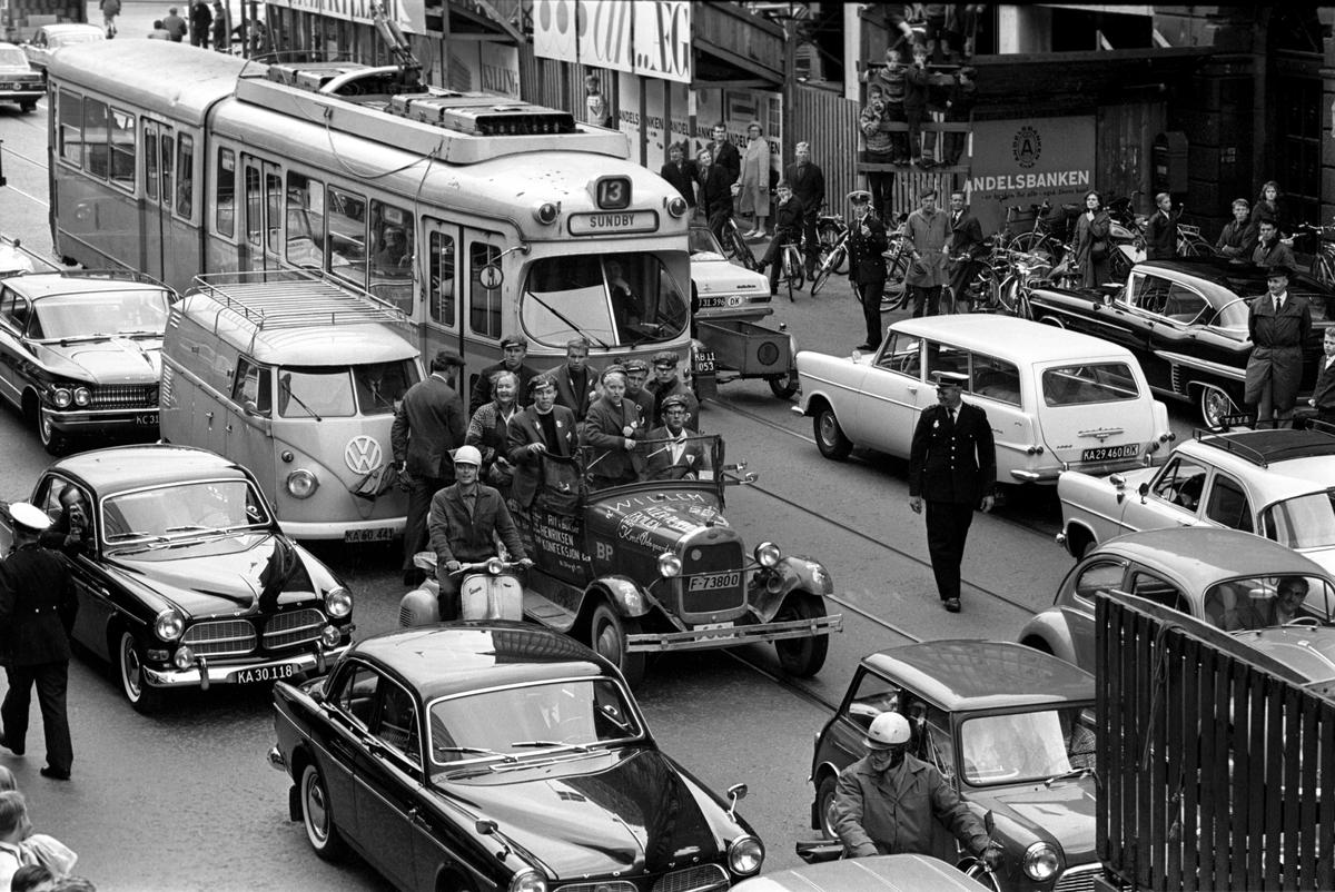 Det engelske bandet The Beatles skal ha konsert i København. Midt i trafikken, en norsk russebil.