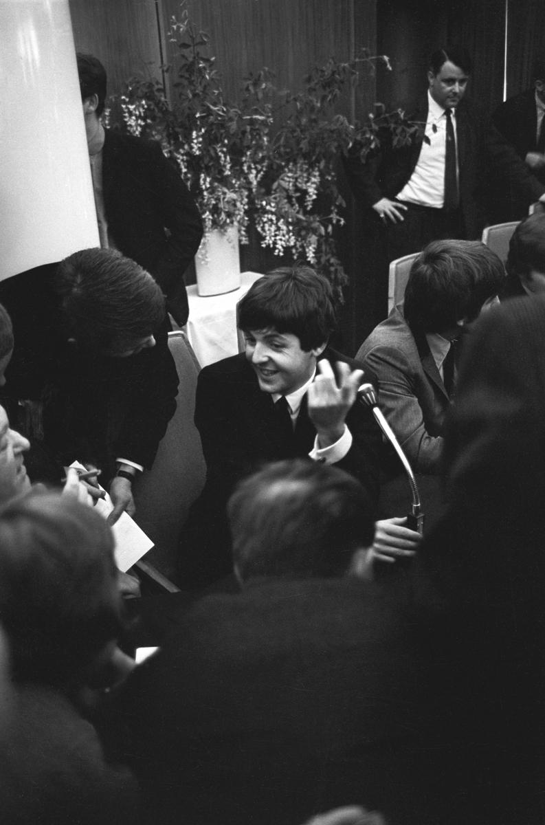 Det engelske bandet The Beatles skal ha konsert i København. Pressekonferanse med popgruppas medlemmer. Her sitter fra venstre Paul McCartney, George Harrison og John Lennon og svarer på spørsmål fra pressefolkene.