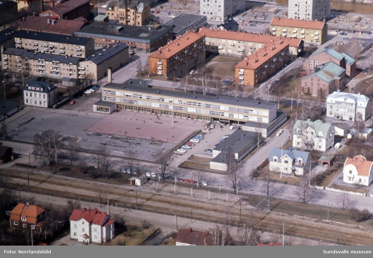 Flygfoton över Åkersviksskolan 1971,  med omgivande bebyggelse.