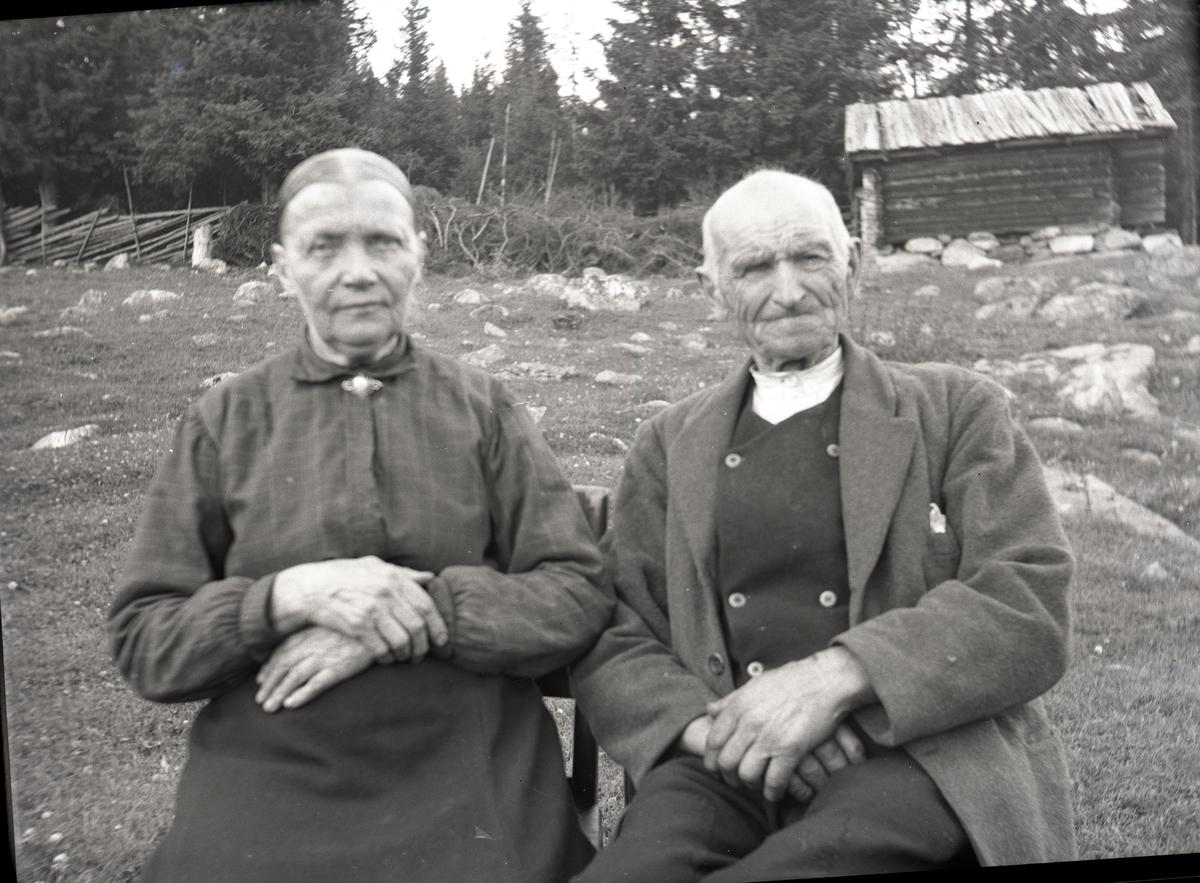 Portrett av et eldre ektepar. Kvinnen er iført bluse og skjørt mens mannen er iført frakk, vest og en hvit skjorte.