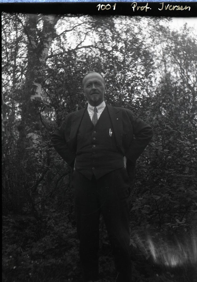 Portrett av prof. Iversen.