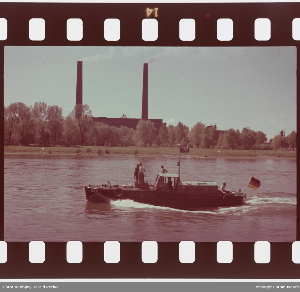 Fra Tyskland i forbindelse med deltakingen på den årlige Fotomessen i Køln. Båt på Rhinen med fabrikkpiper på elvebredden.