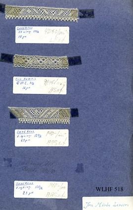 """3 st knypplade spetsprover upptejpade på blå kartong vikt längs långsidan till en mapp av dubbelt A4-format, med spetsarna inuti. Mappen märkt """"Jon Märta Larsson"""". Spetsarnas bredd varierar mellan 17 - 22 mm och de har olika längd. Vid varje prov finns en tejpad etikett. """"Snedkrus sv. ling. 100/2"""",""""Till kamris 70/2"""", """"Snedkrus Ling. 120/2"""" . Angivet pris/m varierar mellan 73:50 - 140:-. Et prov saknas, här står: """"utlånat 17/11 80"""". Tejpen har missfärgat kanterna på proverna samt kartongarketoch proverna riskerar att lossna."""