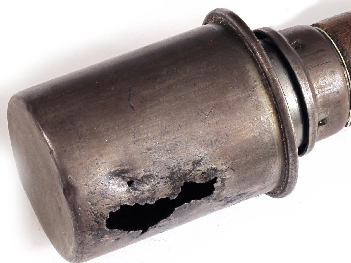 Rundt håndtak, beholder for sprengstoff  i en ende, skrukork. Dreid håndtak av hardved, trykket metallplater, m.m. Desarmert.