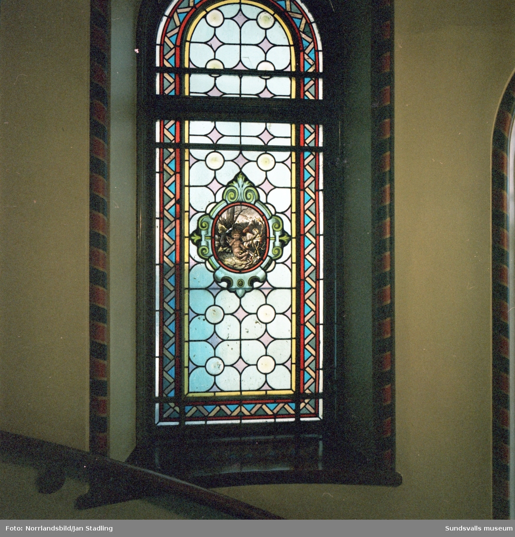 En stor grupp bilder på de vackra dekormålade fönstren i trapphuset på Storgatan 12, Flottningsföreningens hus, samt exteriörbilder av byggnaden.