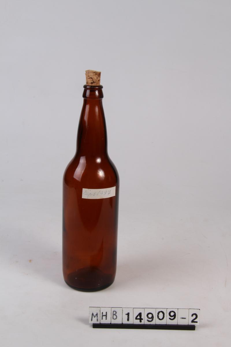 Glassflaske med etikett og trekork. Brukt til oppbevaring av ripssaft.
