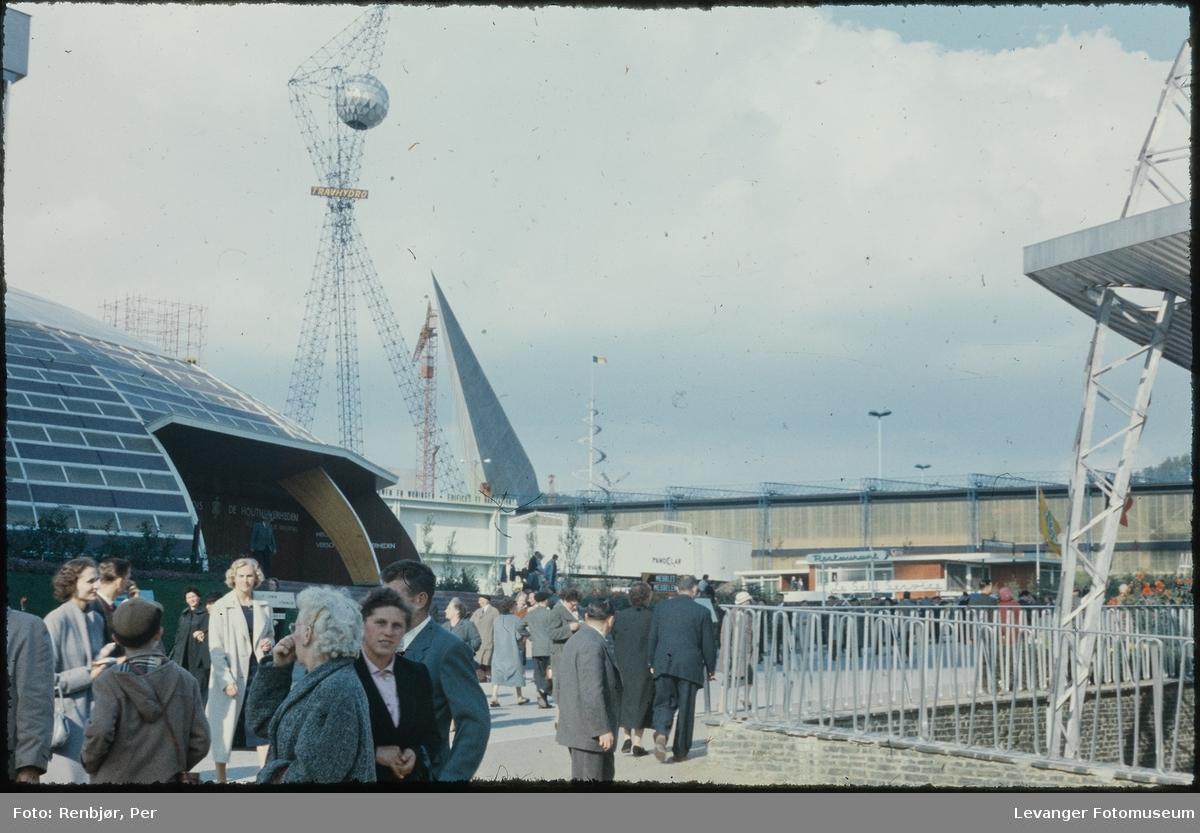 Fra verdensutstillingen Expo 1958 i Brussel, ute på utstillingsområdet.