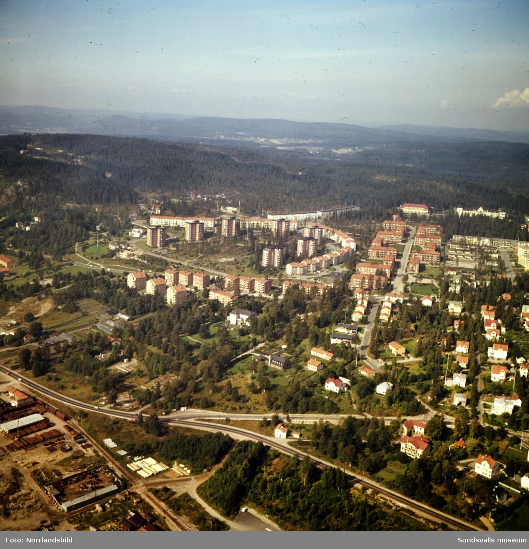 Flygfoto över norra Sundsvall med bostadsområdet Norrliden i centrum. Till höger Västergatan och Sanatoriet.