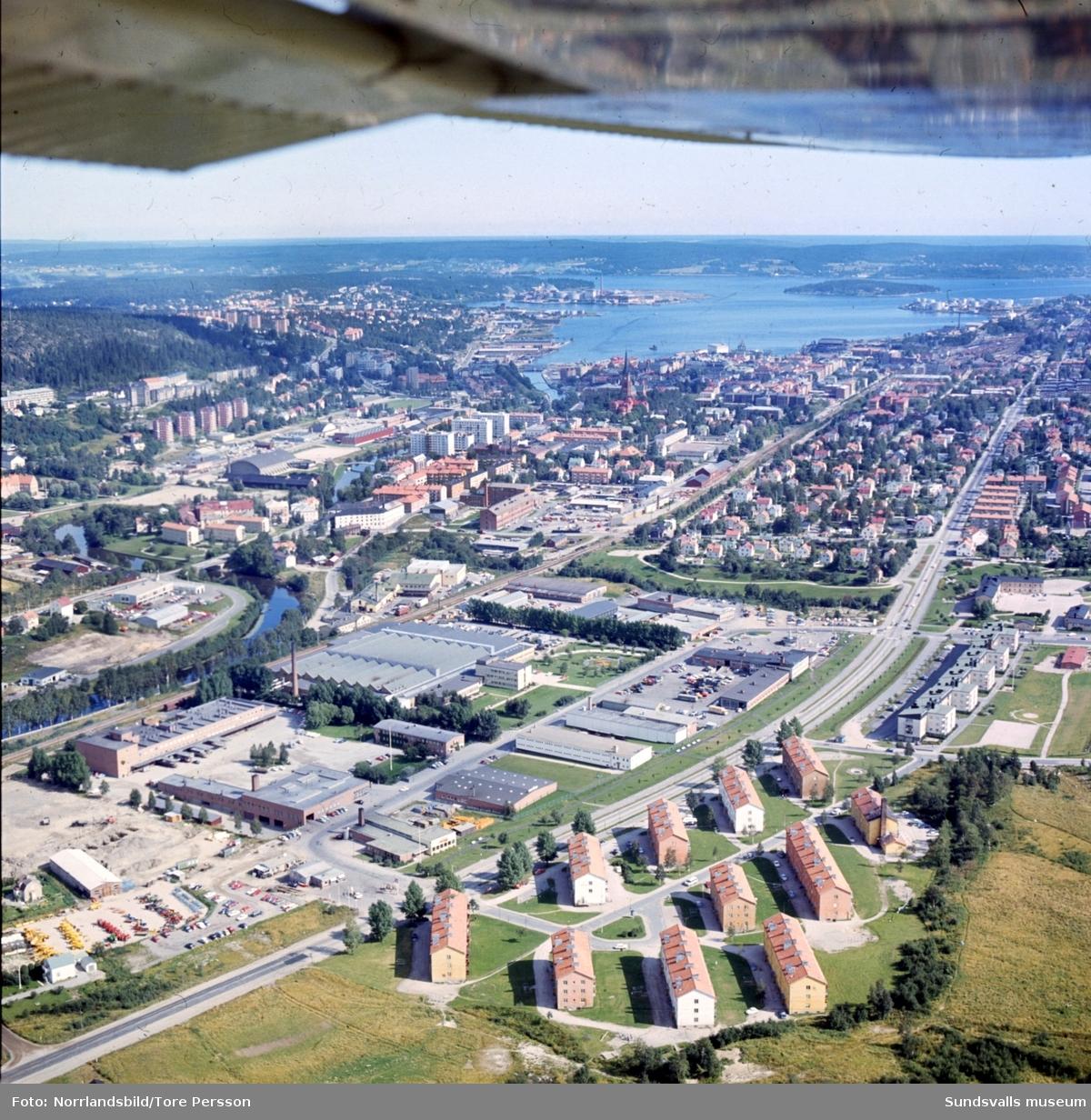Flygfoto taget från Vinkeltået och Nacksta industriområde ut mot fjärden.