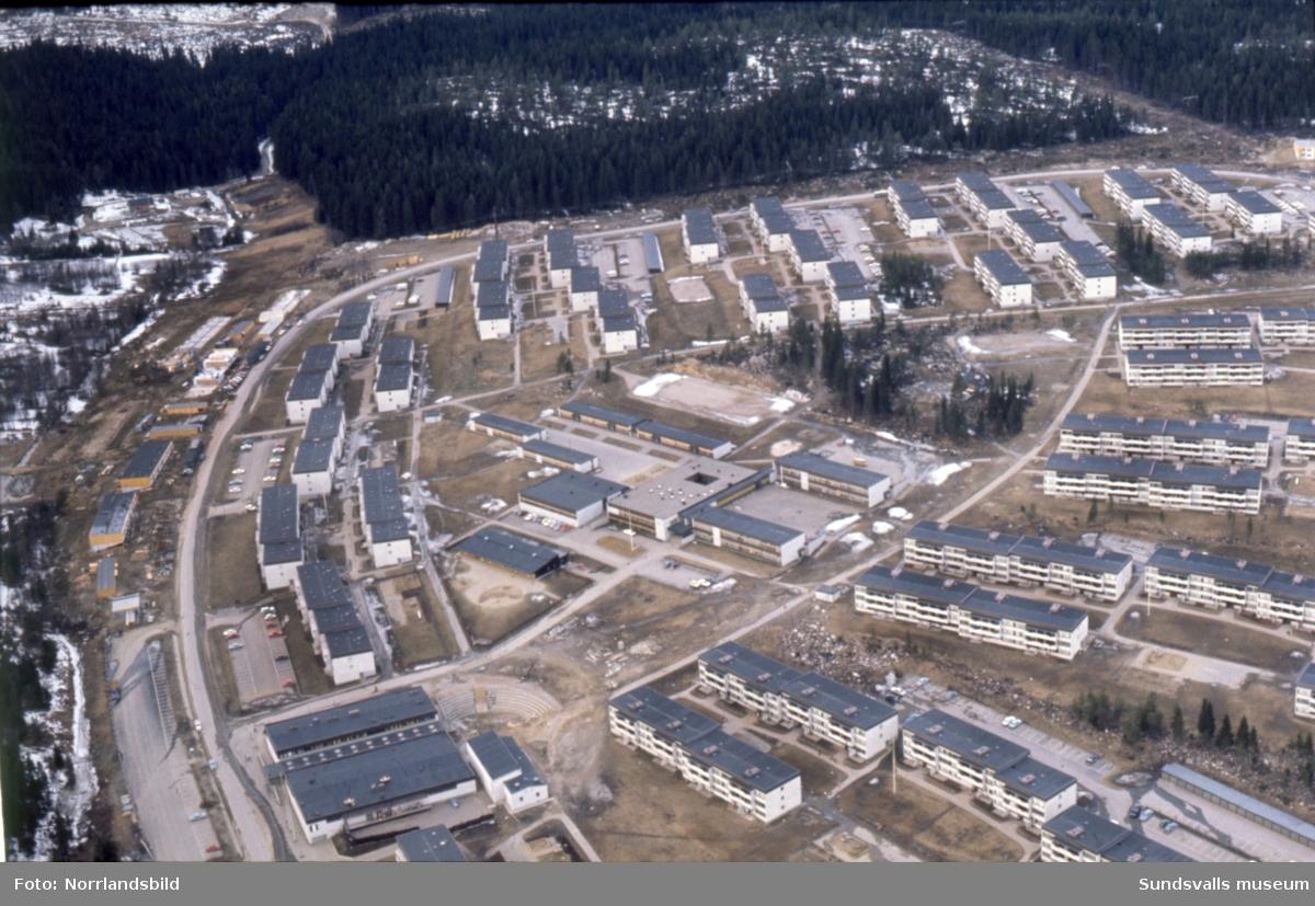 Flygfoto över Bosvedjan med skolan i fokus.