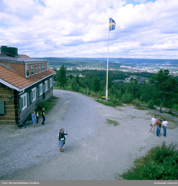Utsikt mot väster från Södra bergets gamla utsiktstorn. Till vänster den gamla raststugan/kaféet.