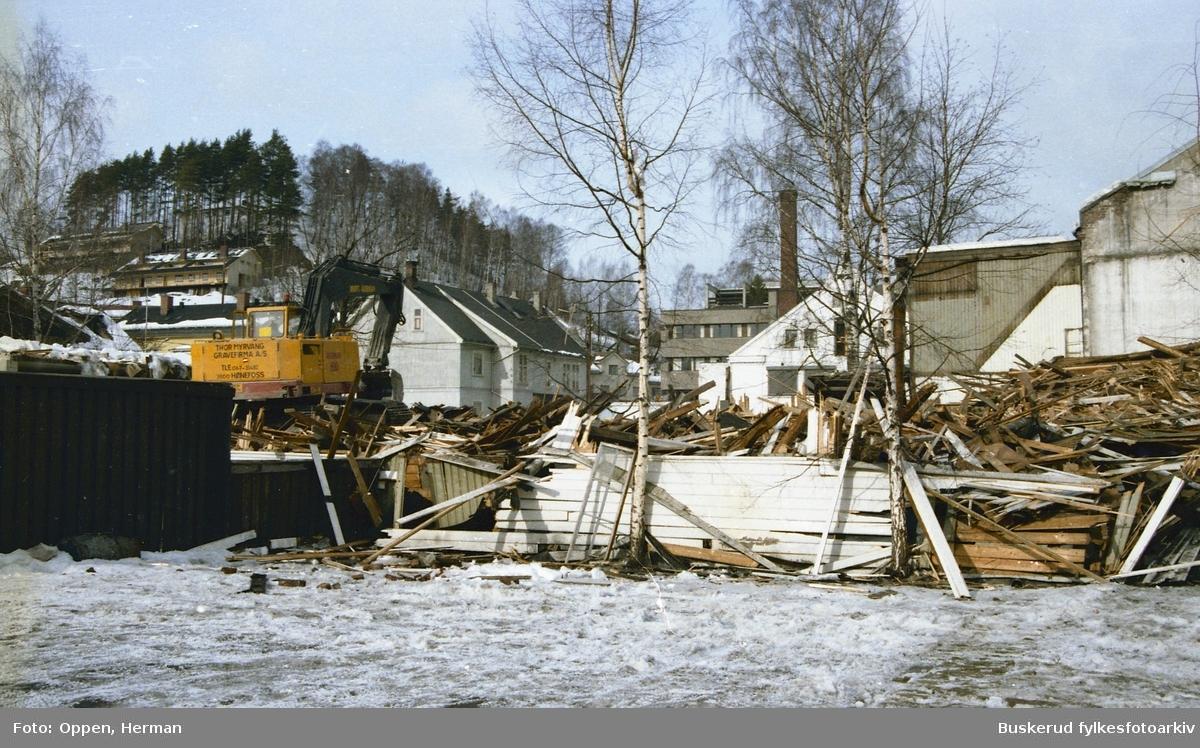 Riving av Sko i Nor og metodistkirken  i Hønefoss for å gi plass til Arcaden
