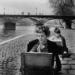 Paris. Två kvinnor målar på kajen vid Seine.