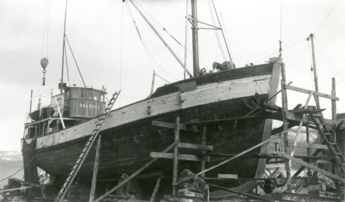 Jakt 'Valborg' (b.1891, Gausvik) på slipp. Fornying av stevn.