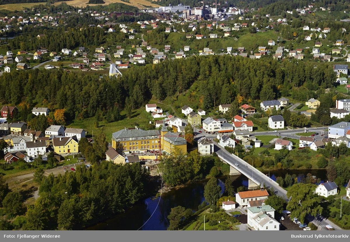 Hønefoss skole, Hønengata, Overmannsundbru, Storelv, Storløkka i bakgrunnen