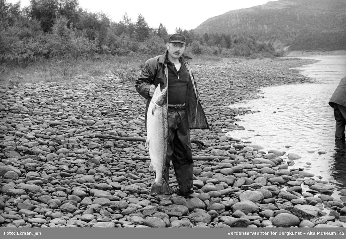 Fangst med personer. Fotografert mellom 1983 og 1984. Fotoserie: Laksefiske i Altaelva i perioden 1970-1988 (av Jan Ekman).