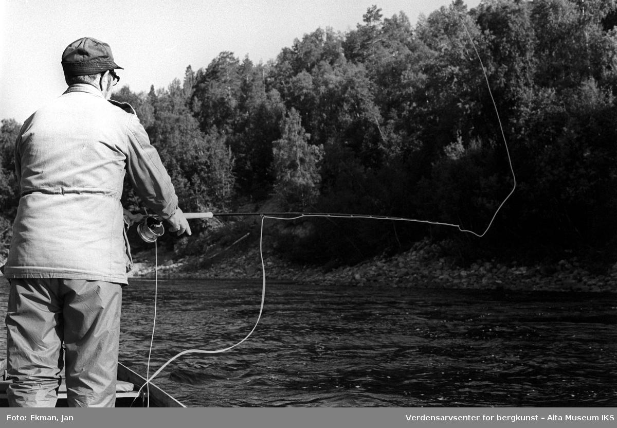Landskap med personer. Fotografert 1981. Fotoserie: Laksefiske i Altaelva i perioden 1970-1988 (av Jan Ekman).