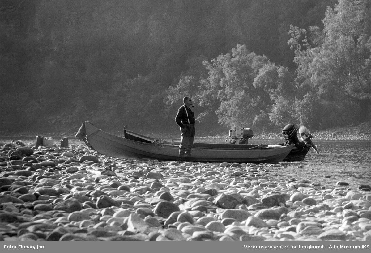 Elvebåt i landskap. Fotografert 1976. Fotoserie: Laksefiske i Altaelva i perioden 1970-1988 (av Jan Ekman).