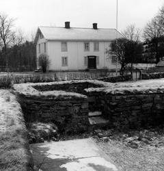 Enligt text: Jan 1959 Bro sn Röse. Dragsmark kloster. Skylt