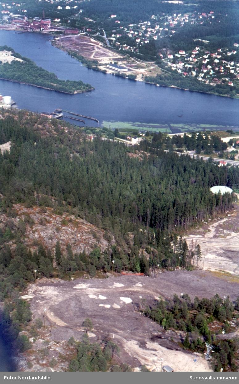 Flygfoton över Ljungans utlopp med fabriker och annan bebyggelse i Svartvik, Kvissleby, Essvik, Skottsund, Dyket, Sandslån, Klampenborg.